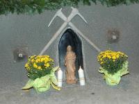 Die Barbarastatue am Altar