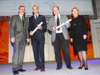 Geschäftsführer Dieter Jakob (3. von links) nimmt den Preis in den Redoutensälen der Wiener Hofburg entgegen.